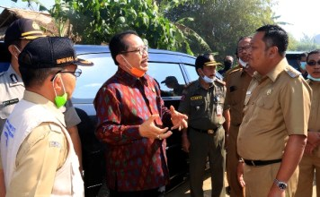 Wakil Gubernur Bali Tjokorda Oka Artha Ardhana Sukawati (Cok Ace) didampingi Bupati Gianyar I Made Mahayastra dan Kepala Pelaksana BPBD Provinsi Bali Made Rentin meninjau kebakaran sampah di TPA Temesi, Gianyar