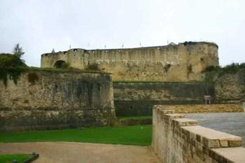 sedan-forteresse-cour