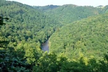 Au fond de la vallée, l'Ourthe coule..., pas toujours paisiblement.