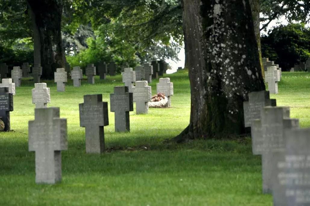 Une tombe fleurie au cimetière allemand de Rcogne