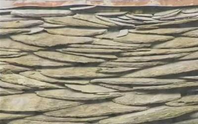 Restauration d'un toit en chèrbins à la ferme de Filly – Vidéo