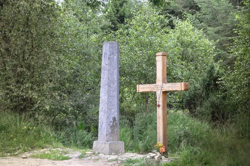 La croix des fiancés et la borne frontière entre la Belgique et la Prusse.