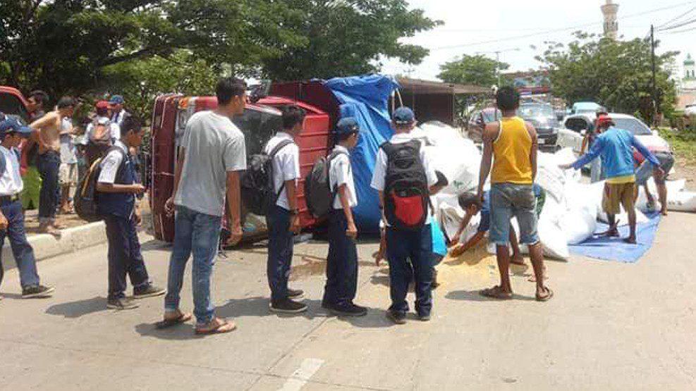 Truk Pengangkut Pakan Ternak Terbalik Usai Tabrak Pembatas Jalan di Pangkep
