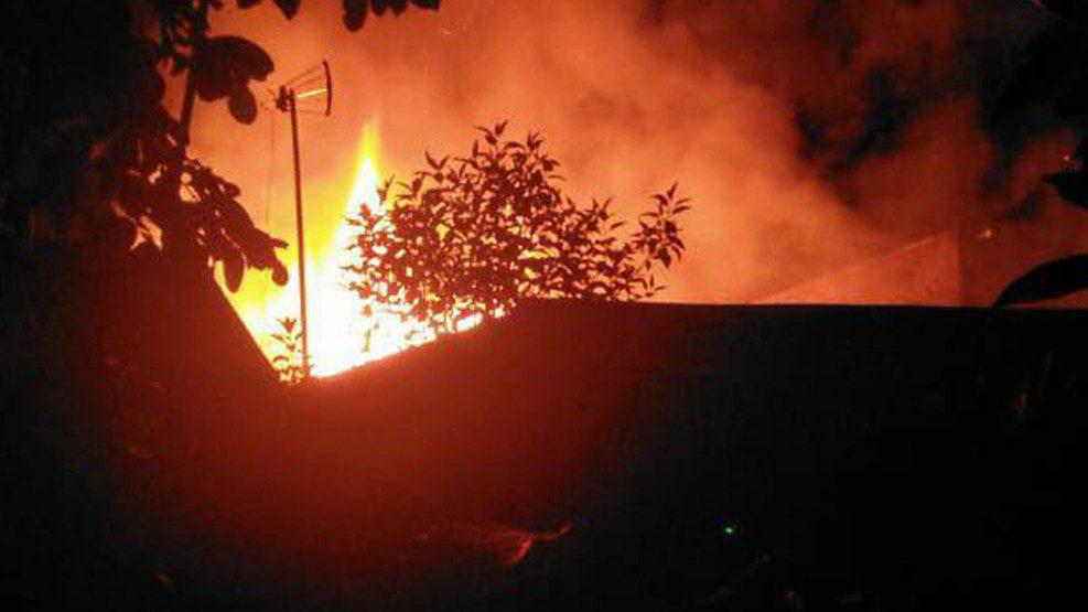 Diduga Korsleting Listrik, 2 Rumah di Pattunuang Terbakar