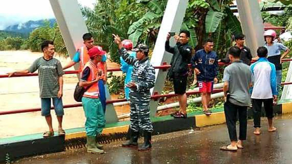 Lantamal VI Kerahkan Jajarannya Posal Konawe Lanal Kendari Bantu Korban Banjir di Konawe Utara