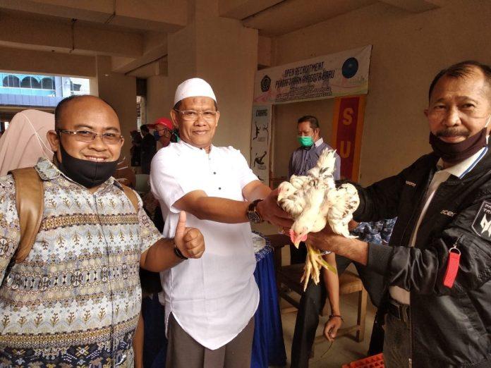 Unismuh Makassar Pertama Kali Bagi Hadiah Lebaran Ribuan Ekor Ayam