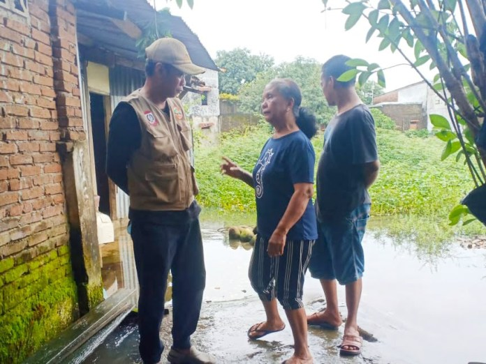 Curah Hujan Tinggi, Plt. Lurah Biring Romang Tinjau Lokasi Rawan Genangan