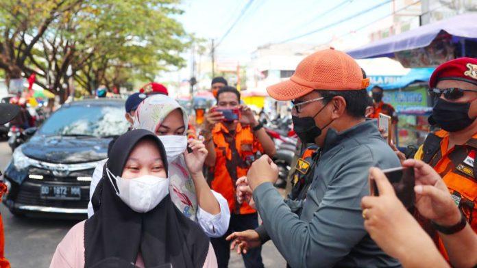 Danny Bagi 7.600 Masker Buat Pengendara di Pasar Antang