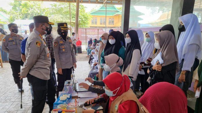 Kapolres Gowa Semangati Pelajar Peserta Vaksinasi Massal di Bontonompo Selatan