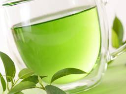 green tea in a cup - Negen gezondheidsvoordelen van kurkuma thee