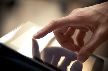 Persona que toca una pantalla