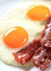 Spiegeleier mit Bacon Hochformat