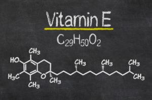 Schiefertafel mit der chemischen Formel von Vitamin E