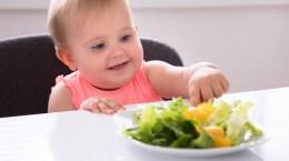 Bébé fille mangeant des légumes