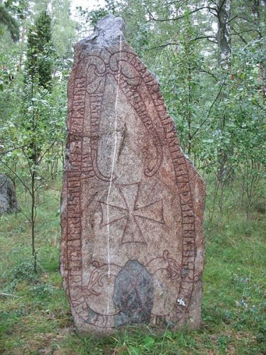 "runestone U 356 ""Ragnfríðr had this stone raised in memory of Bjôrn, her son and Ketilmundr's. May God and God's mother help his spirit. He fell in Virland. And Ásmundr marked."" - Photo by Berig/Wikipedia"