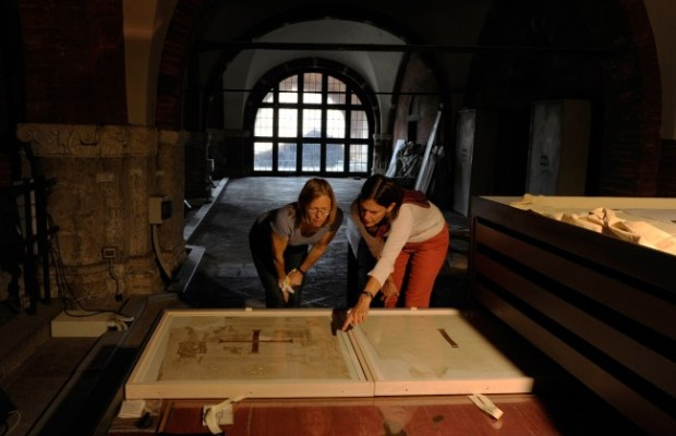 In Milan's Basilica of Sant'Ambrogio: Prof. Dr. Sabine Schrenk (r.) of the University of Bonn and Cologne textile restorer Ulrike Reichert with the valuable tunics. Photo © JochenSchaal-Reichert