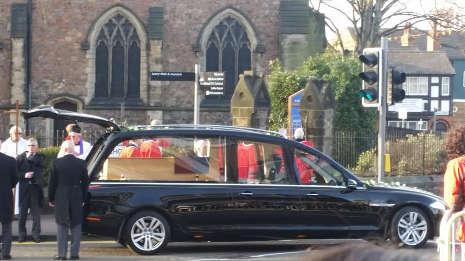 Richard III arrives at St. Nicholas Church to be placed onto a horse drawn carriage for the final leg of his journey to Leicester Cathedral. Medievalists.net.