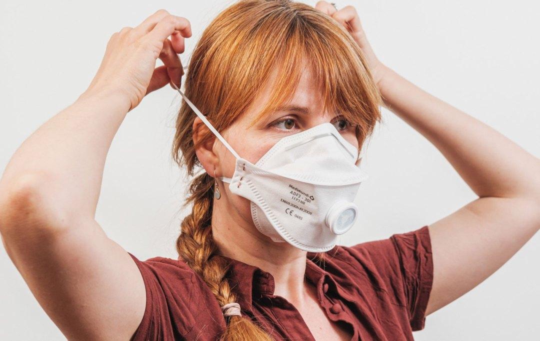 vrouw draagt Medimundi masker