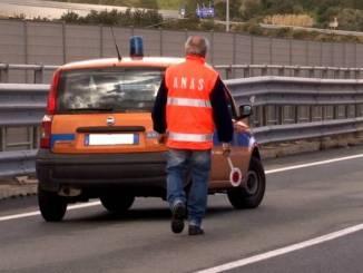 Incidente in galleria a Collevalenza, camion si accascia su un lato