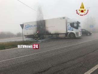 Collevalenza Vigili del fuoco domano subito fiamme incendio camion