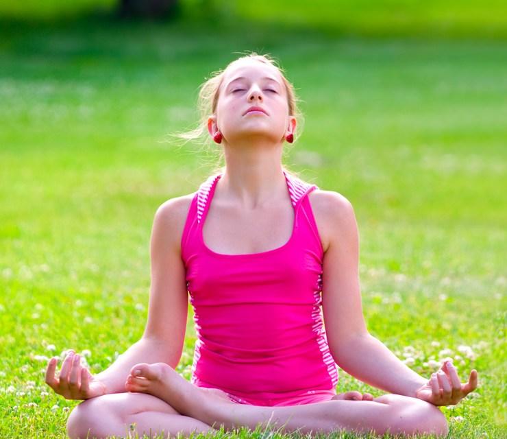 Insegnamento dello yoga a scuola durante le ore di educazione fisica