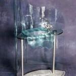 כיור משתפך מזכוכית , כיורים באולם אירועים בתצוגה