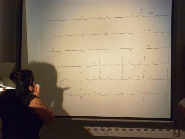 """Unterrichtseinheit """"EKG Auswertung"""" (Ärzteprojekt der Johanniter in Weimar, Foto: Tabea Schnepf)"""