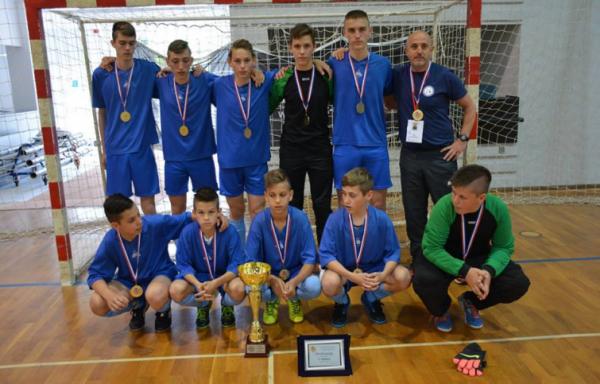 Pobjednička ekipa učenika OŠ Strahoninec, na čelu s trenerom Sinišom Trajbarom