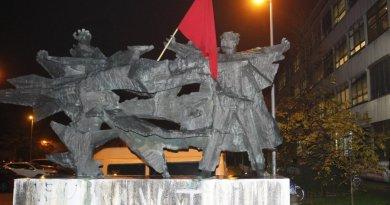 Maskirani muškarci skinuli crvenu zastavu sa spomenika i prijetili studentima