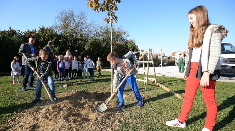 """U nastavak akcije """"Posadi i ti jedno stablo"""", uključene i osnovne škole s područja Grada Čakovca"""