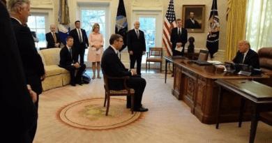 Fotografija Vučića kako sjedi na stolici ispred Trumpa