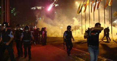 Sinoć burno u Ljubljani; bakljama na zgradu Parlamenta, ozlijeđeni policajci