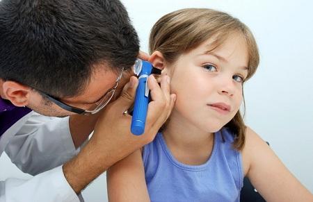 Причиной боли у ребенка может быть застрявший в слуховом проходе предмет