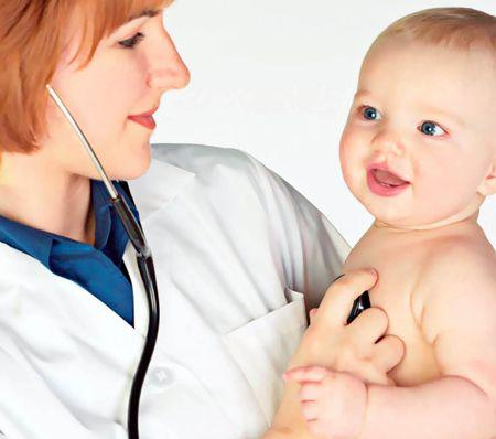 Осмотр педиатра при кашле у грудничка