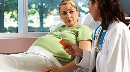 Даже насморк при беременности следует лечить под наблюдением врача