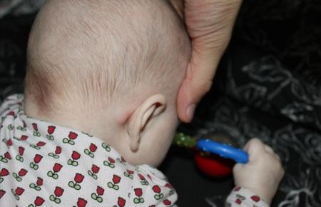 Шишка за ухом у ребенка