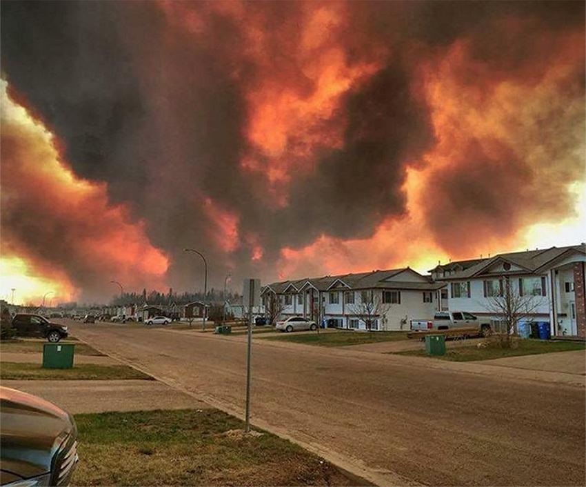 many-neighbourhoods-evacuated-as-massive-wildfire-encroaches-on-fort-mcmurray-body-image-1462317876