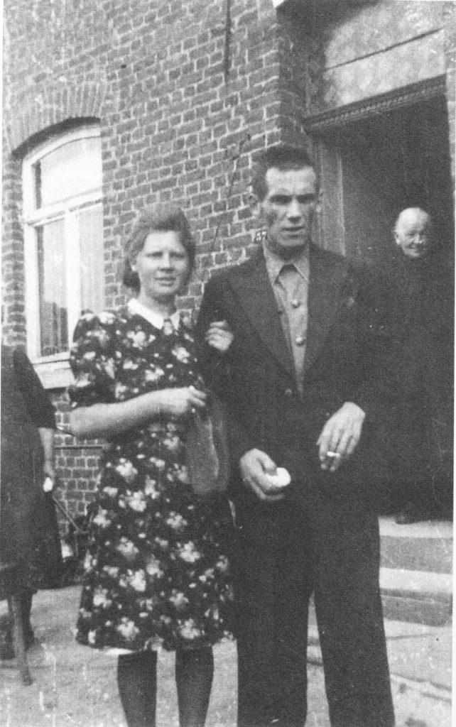 TERUGGEKEERDE JOZEF CLAES, ÉÉN VAN DE ACHT WEGGEVOERDEN DIE IN 1945 BEHOUDEN TERUGKEERDEN. DE JONGE VROUW IS ZIJN ECHTGENOTE.