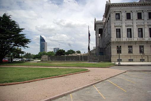 Das Parlamentsgebäude und im Hintergrund der neue Telekommunikations-Tower