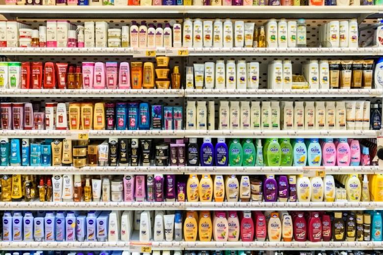 Besparende voorraad - shampoo in supermarkt