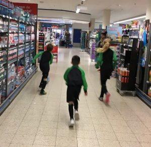 Voetballers in supermarkt - actie voetbalplaatjes