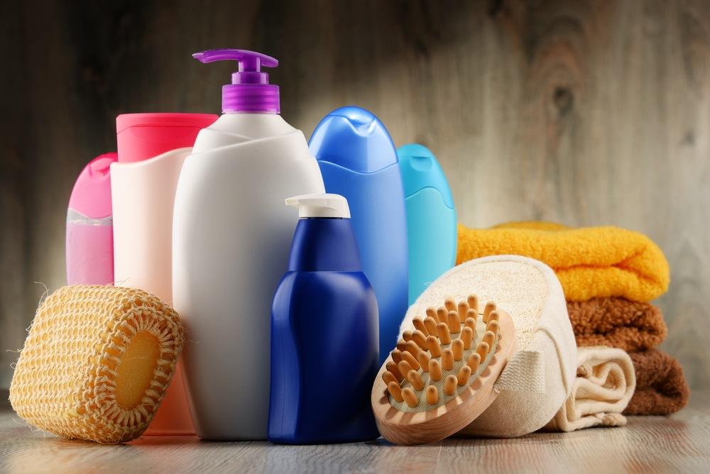 Shampooflesjes en badkamerspullen - foto van Shutterstock van