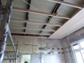 31 Het plafond draagt in het midden de oude vloer