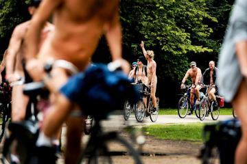 2017-07-01 15:44:58 AMSTERDAM - Deelnemers van de World Naked Bike Ride. Met de blote fietstocht, die op tientallen plaatsen ter wereld wordt gehouden, willen de fietsers mensen bewust maken van het teveel aan auto's en de milieuvervuiling die daarmee gepaard gaat. ANP REMKO DE WAAL