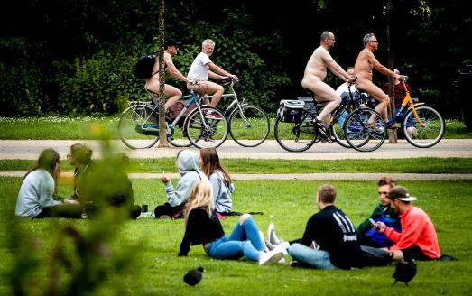 2017-07-01 15:40:59 AMSTERDAM - Deelnemers van de World Naked Bike Ride. Met de blote fietstocht, die op tientallen plaatsen ter wereld wordt gehouden, willen de fietsers mensen bewust maken van het teveel aan auto's en de milieuvervuiling die daarmee gepaard gaat. ANP REMKO DE WAAL