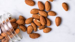 Almonds are snacks that have a lot of antioxidants that lower the level of bad cholesterol-MegaloPreneur-Magazine