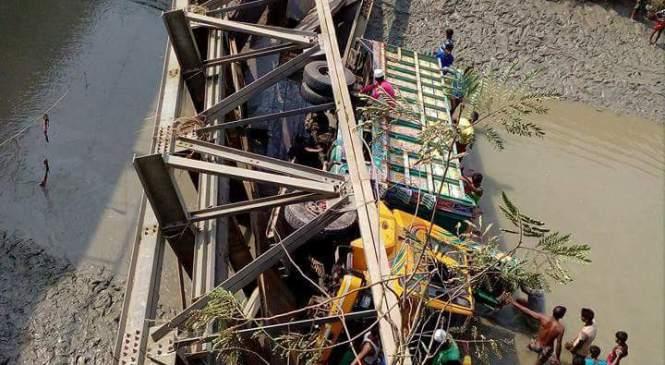 রামগতিতে ব্রিজ ভেঙ্গে ট্রাক নদীতে, যোগাযোগ বিচ্ছিন্ন