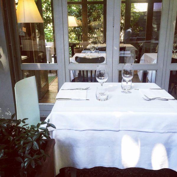 tavolo in giardino del ristorante brisa a milano