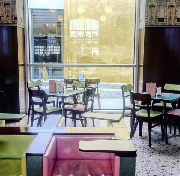 tavolini al bar luce fondazione prada