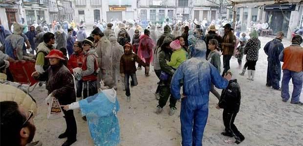 Xinzo inaugura el ciclo más largo del Entroido con una gran batalla de harina